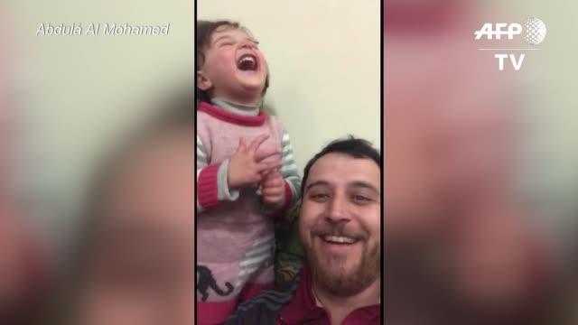 en la provincia siria de idlib es imposible escapar a la guerra entonces la unica manera que abdula al mohamed encontro para consolar a su hija de... - hija stock videos & royalty-free footage