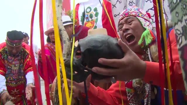 en la semana final rumbo al balotaje presidencial los peruanos expresan creativamente sus preferencias politicas - peruvian ethnicity stock videos & royalty-free footage