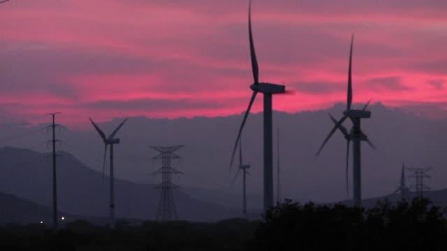 vídeos y material grabado en eventos de stock de en la zona rural de la ventosa en mexico el viento es tan fuerte que a veces mueve los autos - tan