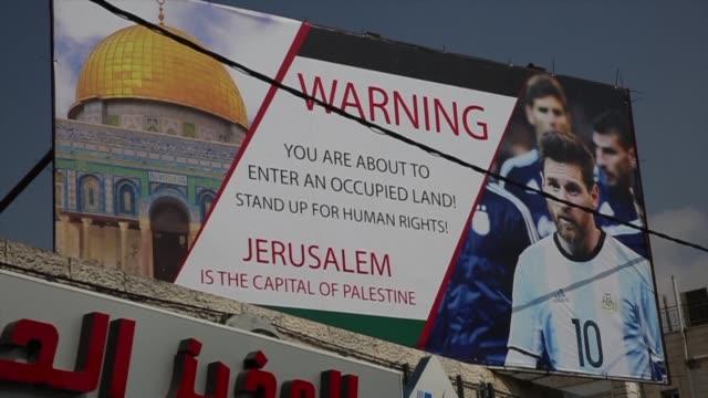 en las calles de hebron los palestinos muestran su molestia por el partido amistoso entre argentina e israel del proximo sábado y con un cartel piden... - palestina stock videos and b-roll footage