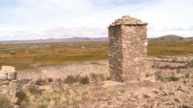 en las faldas de cerros que bordean el lago titicaca en los andes bolivianos hay unas 300 chullpas o torres funerarias preincaicas derruidas por el... - arqueologia stock videos & royalty-free footage