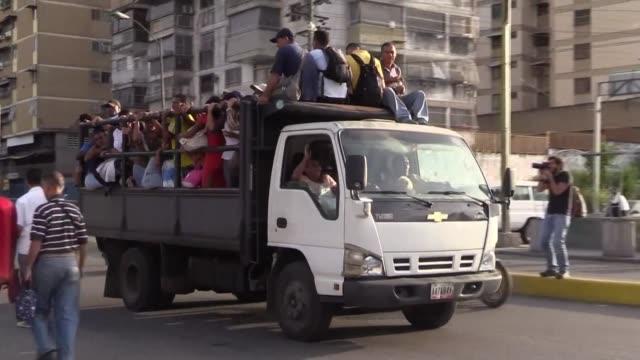 stockvideo's en b-roll-footage met en lo que fue una potencia petrolera abundan los medios de transporte improvisados en medio de una hiperinflacion que dificulta pagar boletos y... - transporte