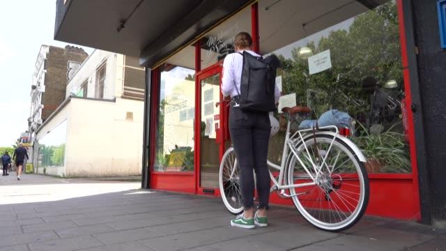 stockvideo's en b-roll-footage met en londres, barcelona o parís, cada vez más europeos están optando por la bicicleta como medio de transporte durante la pandemia del nuevo... - transporte