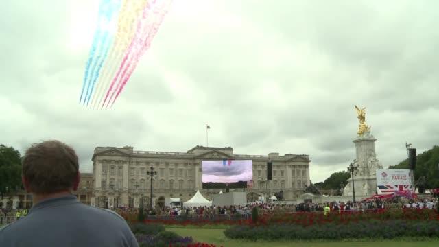 en londres multitudes se agolparon para saludar a los atletas olimpicos y paralimpicos britanicos durante un desfile hacia el palacio de buckingham... - palacio de buckingham stock videos & royalty-free footage