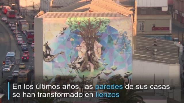 en los ultimos anos las paredes de valparaiso se han transformado en lienzos en los que artistas locales y extranjeros han plasmado grafitis y... - aire libre stock-videos und b-roll-filmmaterial