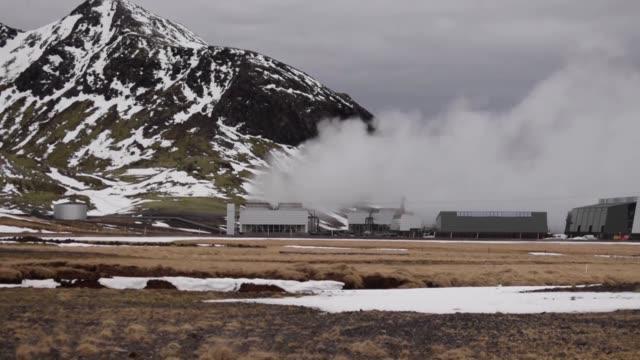 en los volcanes islandeses unos alquimistas del siglo xxi convierten en roca el dioxido de carbono principal responsable del cambio climatico... - roca video stock e b–roll