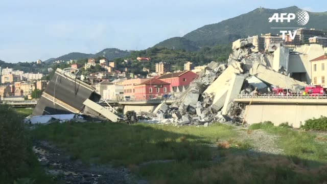 stockvideo's en b-roll-footage met en medio de impresionantes bloques de concreto cientos de socorristas buscaban sin descanso la noche del martes a sobrevivientes entre los escombros... - puente