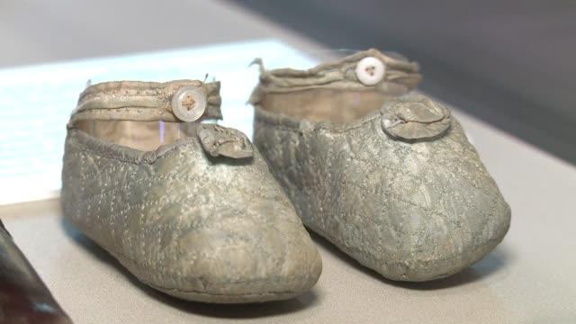 En medio de la euforia por el futuro hijo de Guillermo y Catalina el Museo de Londres exhibe una muestra de objetos desde zapatos hasta vestimenta...