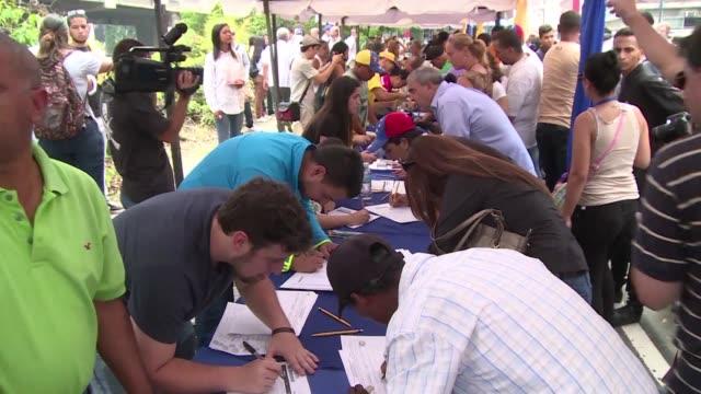 En medio de la exasperante crisis que azota a su pais la oposicion venezolana comenzaba este miercoles a recoger las casi 200000 firmas de electores...
