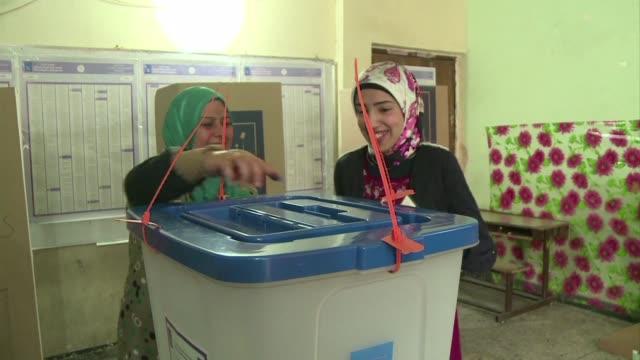 vídeos de stock, filmes e b-roll de en medio de la violencia irak vota en las primeras legislativas sin presencia de tropas estadounidenses en las que el primer ministro saliente es... - irak