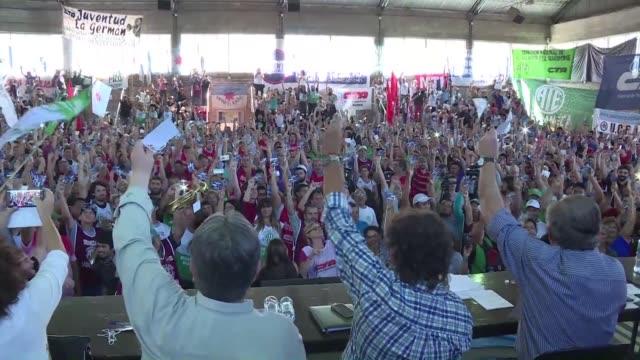 en medio de una manifestacion y bloqueos el martes dos de los tres sindicatos de argentina fijaron fecha para una huelga nacional a final de marzo la... - sindicatos stock videos & royalty-free footage