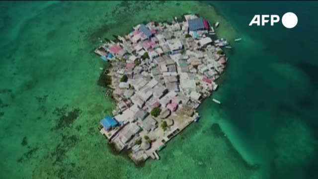 en medio del caribe colombiano se levanta una de las islas más densamente pobladas del mundo. alrededor de 500 personas viven en 0,01 kilómetros... - estrecho stock videos & royalty-free footage