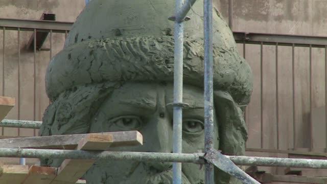 en moscu se dan los ultimos retoques a la estatua del principe vladimir el grande criticada por parte de la poblacion por interferir en el paisaje y... - escultura stock videos & royalty-free footage