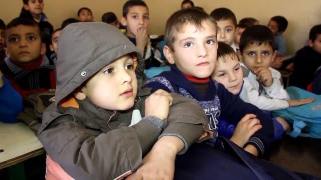 En Mosul los maestros aprenden como acompanar a sus alumnos a menudo propensos a pesadillas comportamientos violentos y traumas heredados despues...