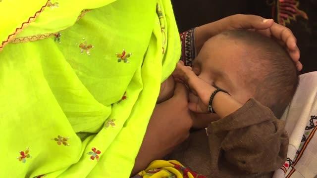 en pakistan a muchas madres les aconsejan alimentar a sus recien nacidos con te hierbas o leche de formula lo que ha provocado que el 44% de los... - niños stock videos & royalty-free footage