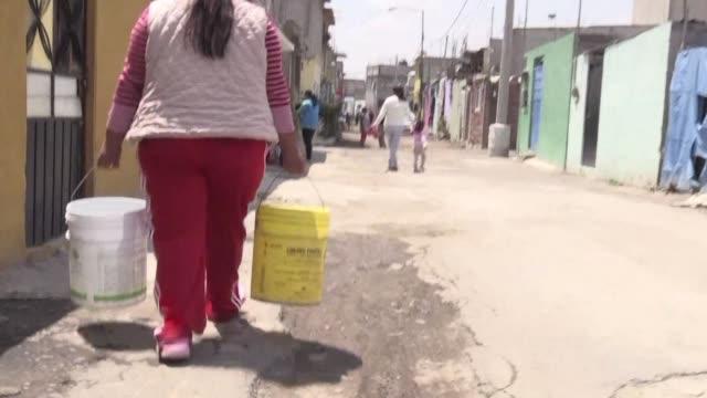 en pesados cubos virginia solis carga a diario hasta su cocina o su lavadero litros y litros de agua que despues reutiliza para el retrete el suyo es... - agua stock videos & royalty-free footage
