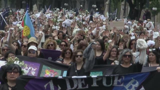 en silencio y vestidas de un luto riguroso mujeres abrieron el viernes una nueva jornada de manifestaciones masivas en santiago en medio de una... - luto stock videos and b-roll footage