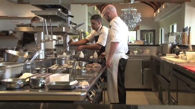 En Sudafrica un chef de vanguardia rescata las recetas y los modos de conservacion de alimentos de hace 200 anos cuando los holandeses llegaron al...