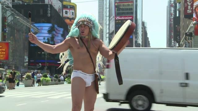 vídeos y material grabado en eventos de stock de en times square, epicentro de la gran manzana, solo hay espacio para un hombre ligero de ropas. new york, united states. - desnudo