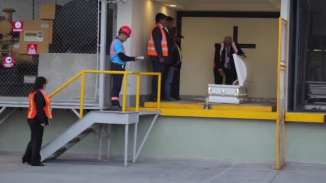 en un ataud blanco fue repatriado el domingo al aeropuerto de la capital de guatemala el cuerpo de jakelin caal de siete anos muerta hace dos semanas... - 6 7 anos stock videos & royalty-free footage