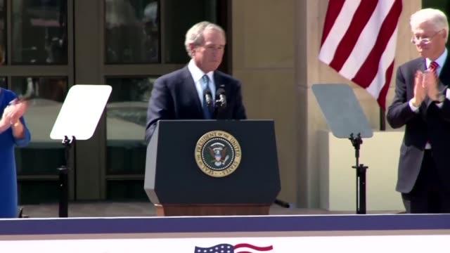 stockvideo's en b-roll-footage met en un encuentro pecualiar los ultimos presidentes de estados unidos se reunieron el jueves en la inauguracion de una biblioteca en homenaje a george... - padre