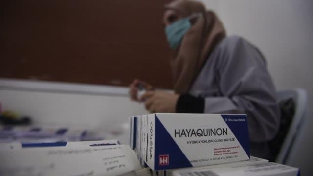 en un laboratorio farmacéutico de siria rashid al fayçal y su equipo trabajan sin cesar en la producción de hidroxicloroquina un medicamento contra... - medicamento stock videos & royalty-free footage