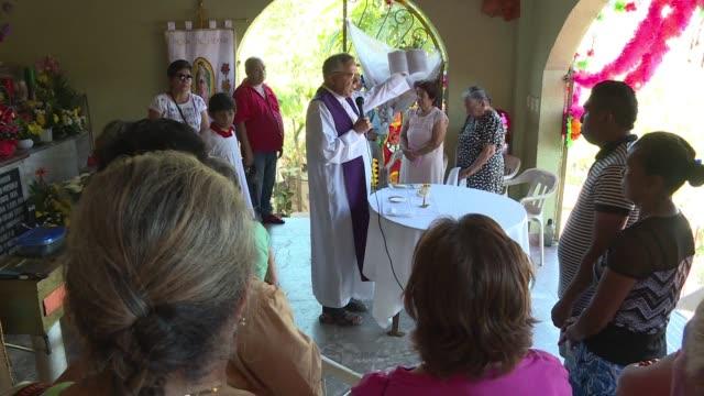 En un pais predominantemente catolico y con altas tasas de violencia como Mexico los sacerdotes cumplen un dificil papel atender a victimas y...