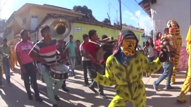 en un pueblo mexicano aterrorizado por la violencia asociada al narcotrafico, unos mil pobladores ignoraron las advertencias de las autoridades y se... - drug trafficking stock videos & royalty-free footage