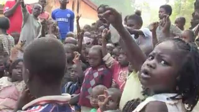 en un salon al aire libre maestros voluntarios dan clase a ninos desplazados en bangui victimas de la violencia sectaria que afecta al pais voiced la... - aire libre stock-videos und b-roll-filmmaterial