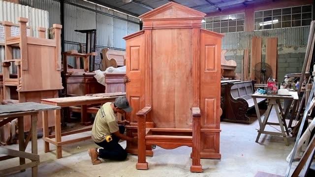 en un taller de ebanisteria de la comunidad los pozos a 100 kilometros de la capital panamena se fabrica la silla de madera que usara el papa... - madera material stock videos & royalty-free footage
