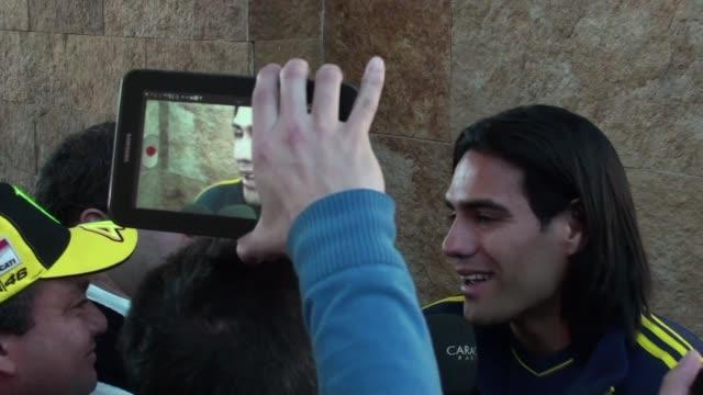 en una dolorosa noticia para colombia su atacante estrella radamel falcao se queda afuera del mundial de brasil 2014 al no recuperarse de una lesion... - via dolorosa stock videos & royalty-free footage