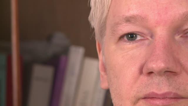 vídeos de stock, filmes e b-roll de en una entrevista el viernes en la embajada de ecuador en londres el fundador de wikileaks julian assange hablo sobre el programa de espionaje en los... - fundador