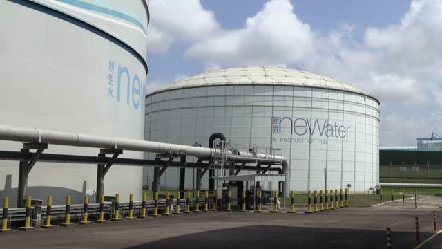 en una planta de alta tecnología de singapur, bombas gigantes depuran las aguas residuales transformándolas en agua potable y reduciendo así la... - agua stock videos & royalty-free footage