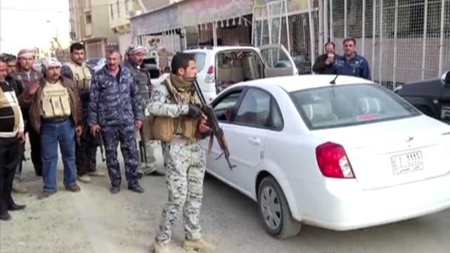 encarnizados combates tenian lugar este jueves en faluya y ramadi, ciudades sunitas del oeste iraqui en parte controladas por grupos insurgentes... - al fallujah stock videos & royalty-free footage