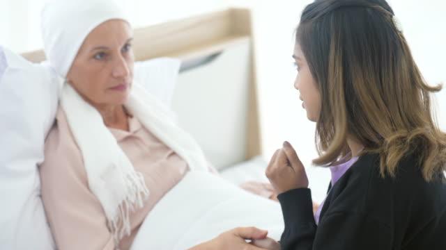 がんと戦う彼女のお母さんを奨励 - 義母点の映像素材/bロール