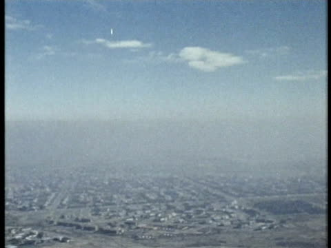 vidéos et rushes de encyclopaedia britannica films: what makes rain? educational film about meteorology. - smog