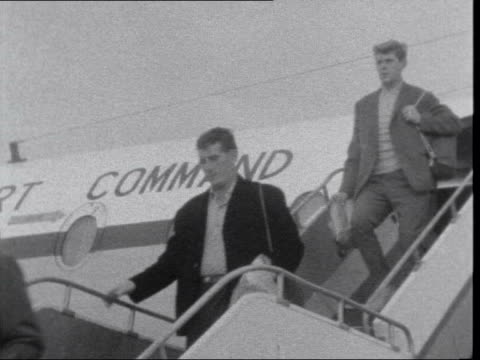 end of british rule in aden ***also all troops in civvies ms men off plane ms uniformed soldier directs them ms col colin mitchell off greeted cs... - aden bildbanksvideor och videomaterial från bakom kulisserna