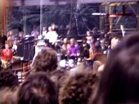 end of performance by quill, cameraman filming band as it leaves the stage, pan around to audience. super 8mm home movie footage. - お祭り好き点の映像素材/bロール