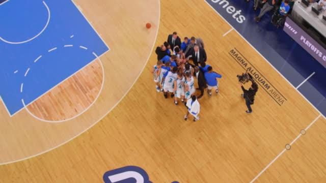 vidéos et rushes de aerial end of the basketball game - la fin