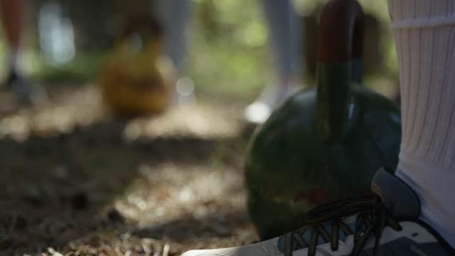 vídeos de stock e filmes b-roll de ending of a kettlebell workout in slow-motion. - majestoso
