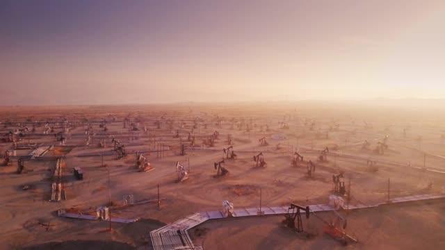 endless oil field - drone shot - trivella petrolifera video stock e b–roll