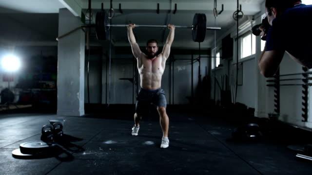 vidéos et rushes de endurance en haltérophilie - seulement des jeunes hommes