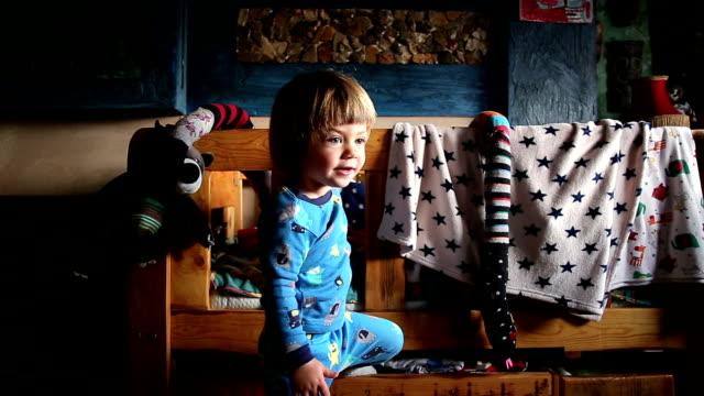 Energetische Kind spielt im Schlafzimmer