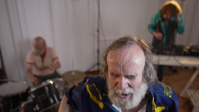stockvideo's en b-roll-footage met energetic senior man singing and dancing on rehearsal with his band - zanger