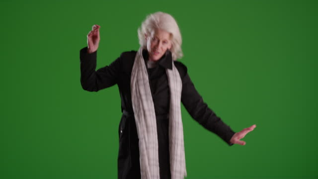 vídeos de stock e filmes b-roll de energetic senior woman dancing on greenscreen - adulto maduro