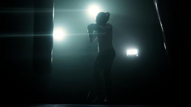 vídeos y material grabado en eventos de stock de kickboxing de mujer enérgica - rebelión