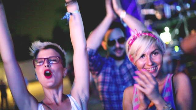 vídeos y material grabado en eventos de stock de gente energizada en concierto - barco faro