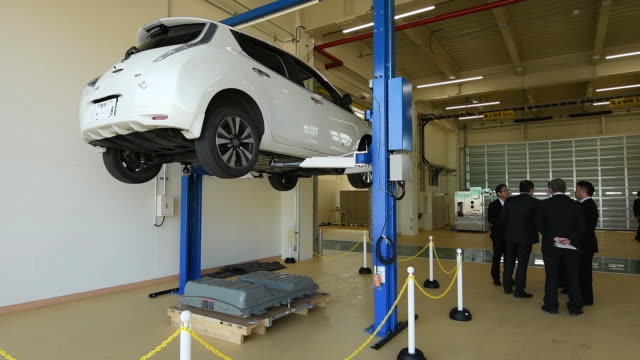 vidéos et rushes de energy, a joint venture between nissan motor co. and sumitomo corp., has opened the japan's first plant specializing in recycling of lithium-ion... - batterie