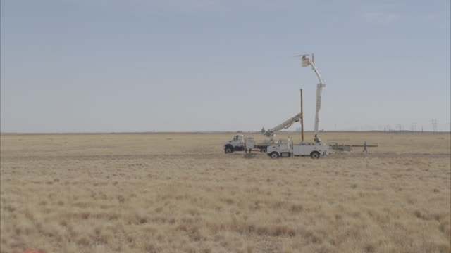 ws zi aerial energy workers preparing to adjust power line, from safety of two cherry pickers / hooker, ok, usa - cherry picker stock videos & royalty-free footage