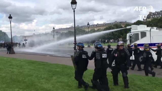 enfrentamientos entre manifestantes y la policia dejaron 26 heridos en medio de la novena protesta organizada por los sindicatos contra la reforma... - sindicatos stock videos & royalty-free footage